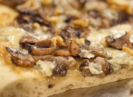 Caramelized Onion and Blue Cheese Pizza recipe | Dairy Goodness