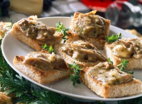 Canapés with Canadian Brie and Oyster Mushrooms Spread