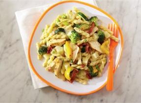 Mozzarella pasta with chicken, Alfredo-style
